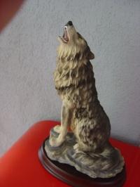 Wolf heulend auf Holzsockel